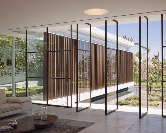 Sala com parede de vidro pivotante.