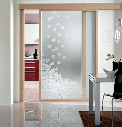 Porta de vidro com moldura de madeira.