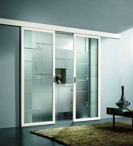 Porta de vidro separando a cozinha da sala.