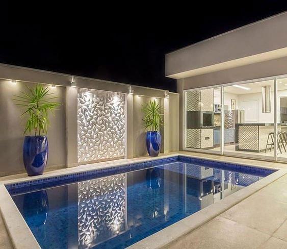 Área de lazer com piscina e cozinha gourmet.