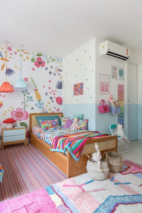 quarto adolescente colorido com papel de parede