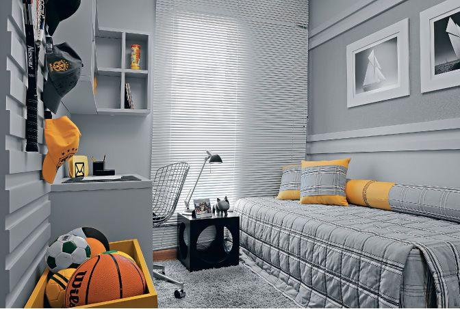 parede cinza com painel de madeira