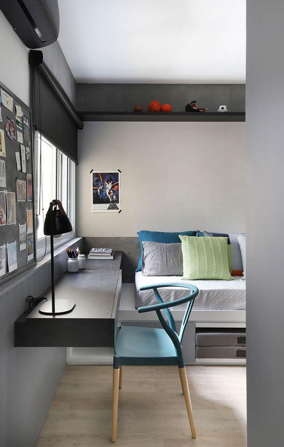 parede cinza com escrivaninha