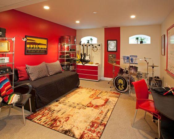 parede vermelha com teto rebaixado