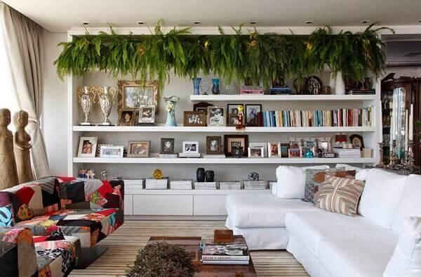Sala modela com estante e sofá branco.