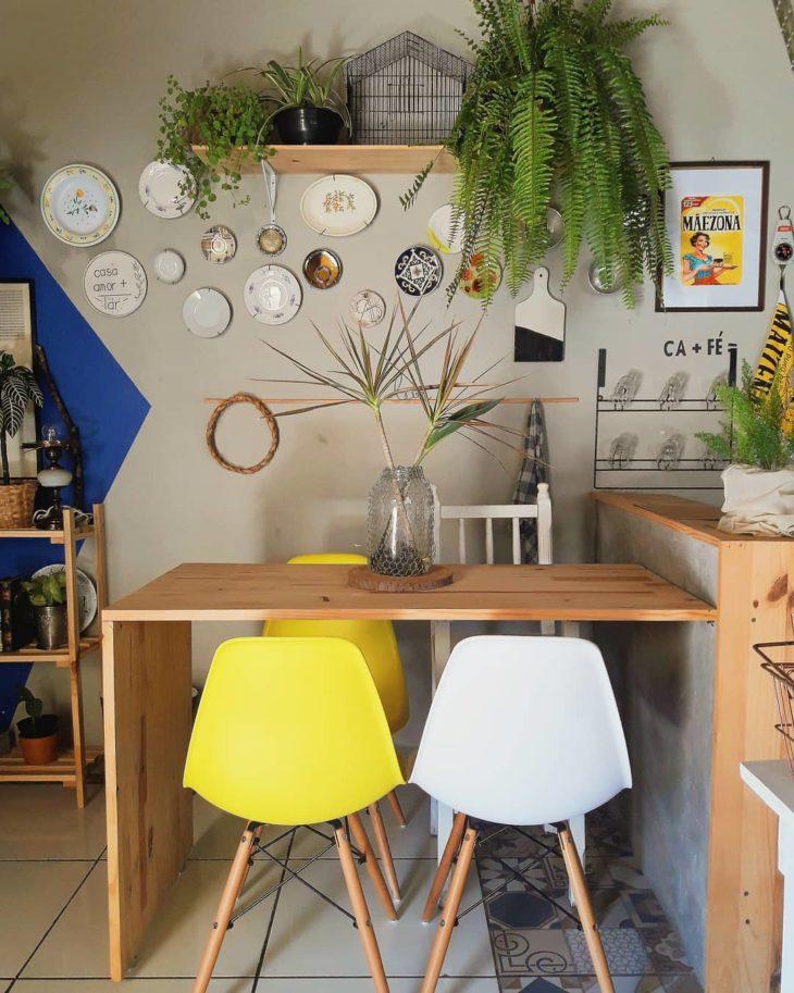 Área externa com mesa de madeira.