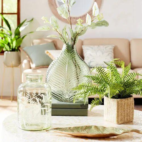 Mesa de centro decorada com arranjos e vasos decorados.