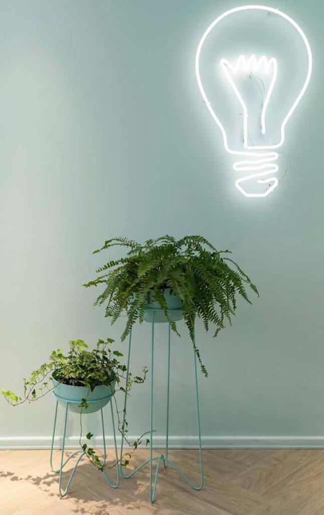 Suporte moderno e azul para vasos de plantas.