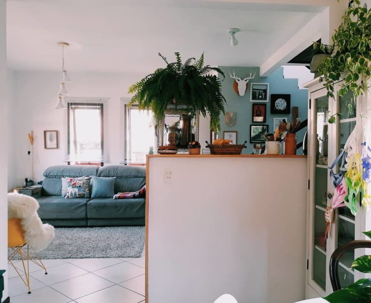 Sala de estar moderna e minimalista.