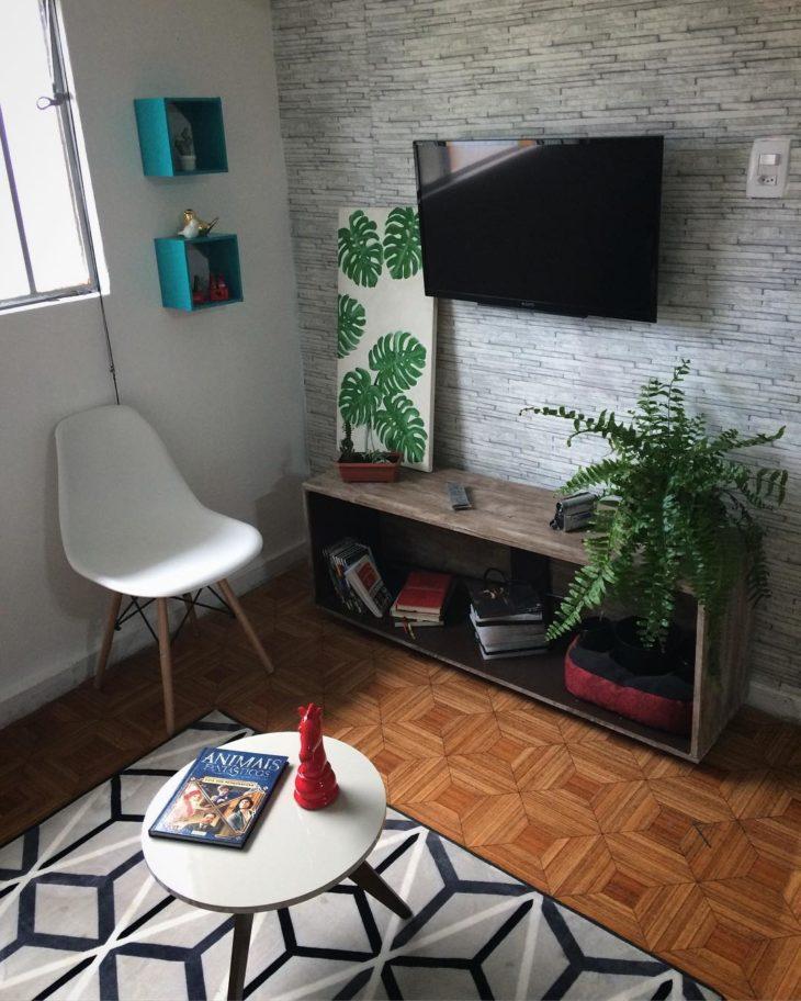 Sala pequena simples com plantas.