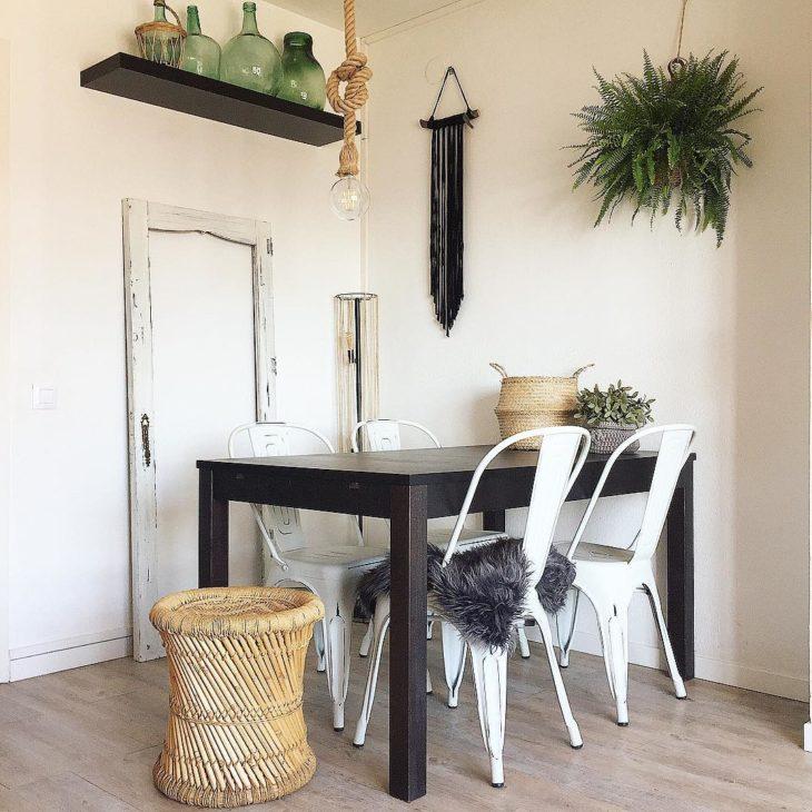 Sala de jantar simples e aconchegante.