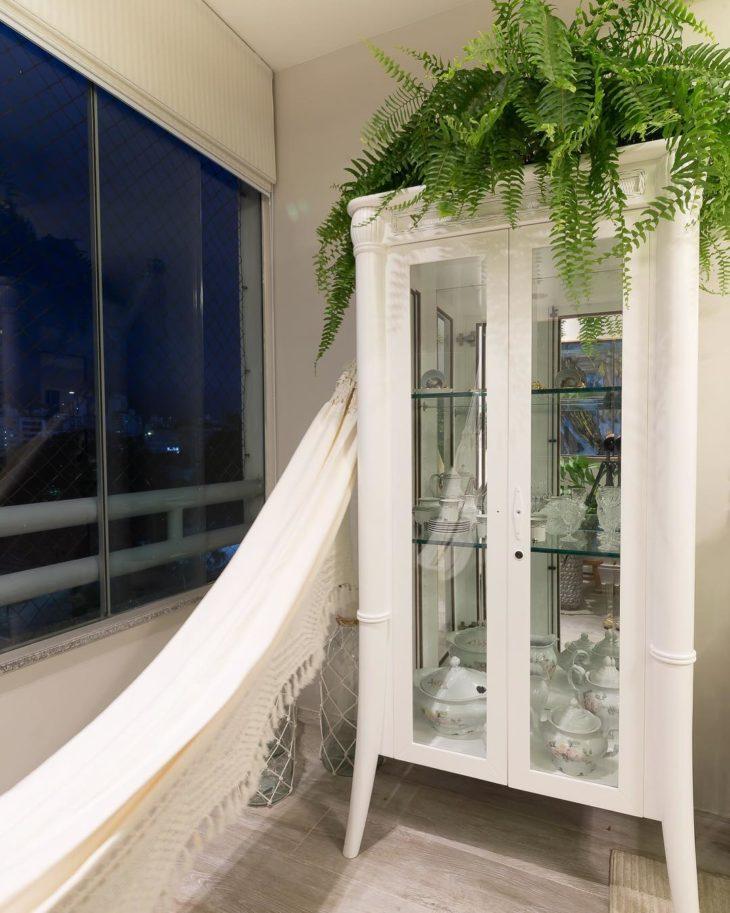 Cristaleira decorada com samambaia.