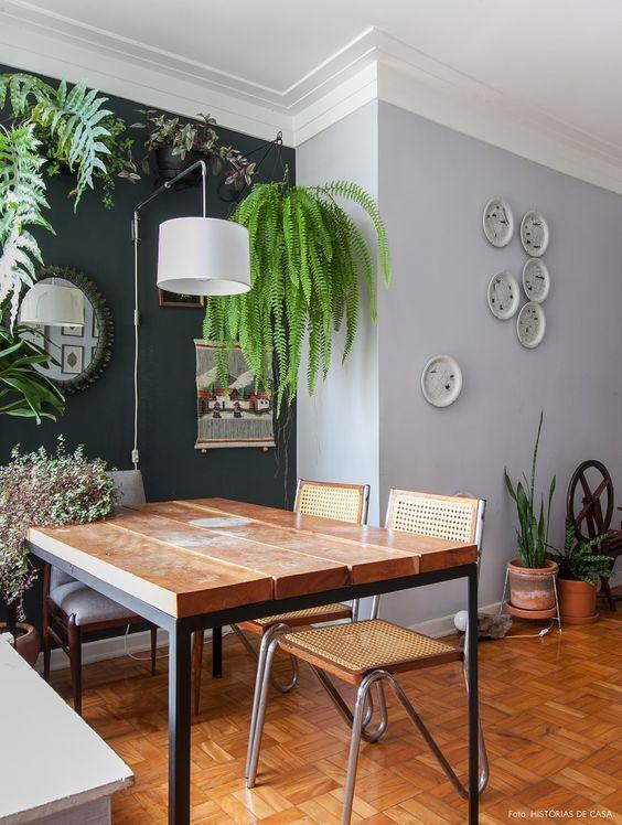 Sala de jantar simples decorada com plantas.