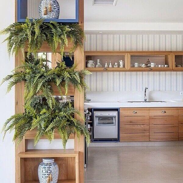 Cozinha decorada com samambaias.