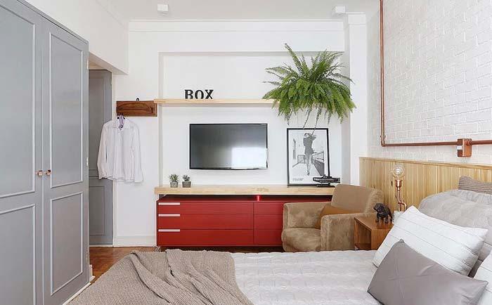 Quarto moderno com armário clássico e parede de tijolinho branco.