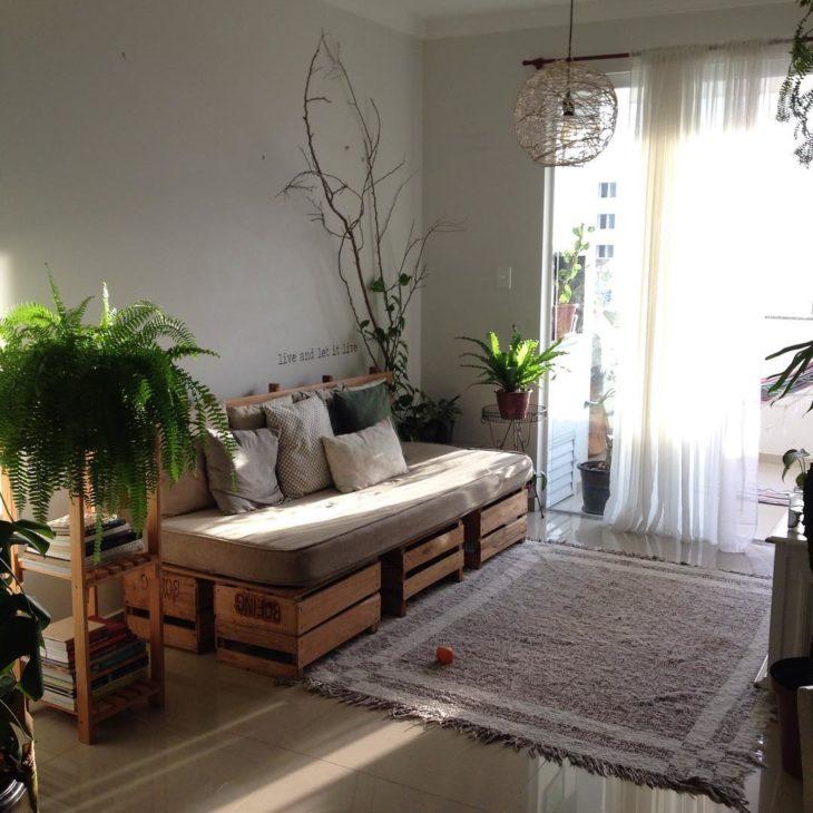 Sala pequena moderna com sofá de pallet e plantas.