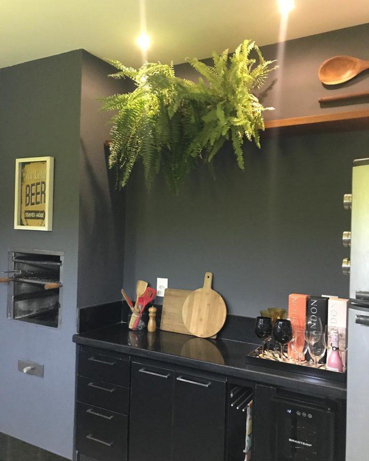 Área da churrasqueira decorada com tons de cinza.