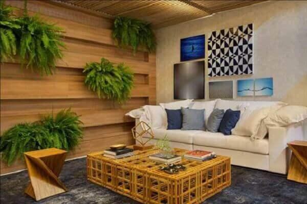 Sala moderna com painel de madeira e samambaias.