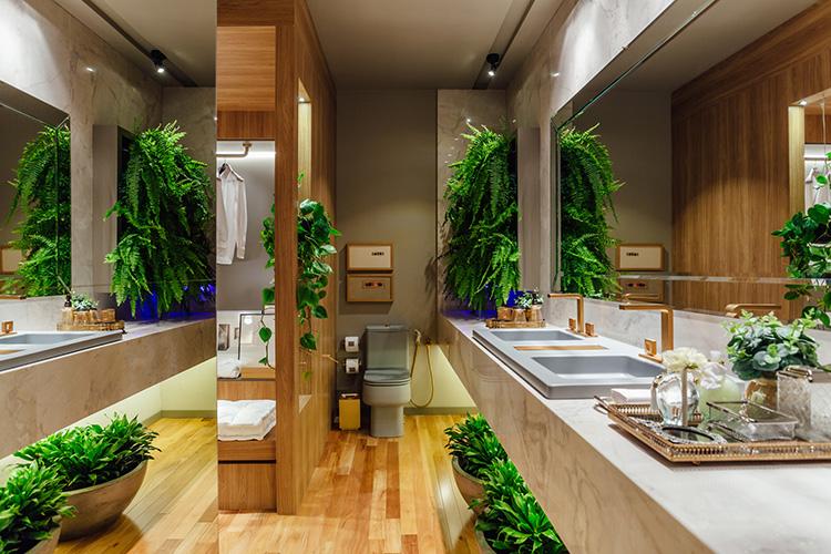 Banheiro moderno com pia dupla e jardim vertical.