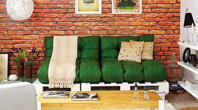 Sala moderna decorada com papel de parede de tijolinho aparente.