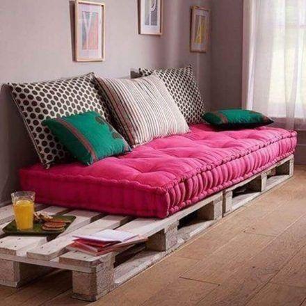 Sofá de pallet com futton rosa.