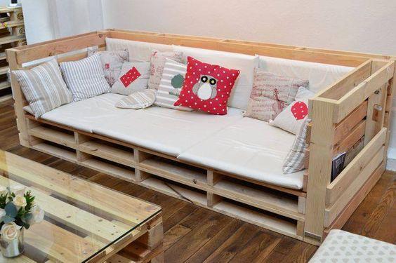 Sofá de pallet com encosto e decoração simples.
