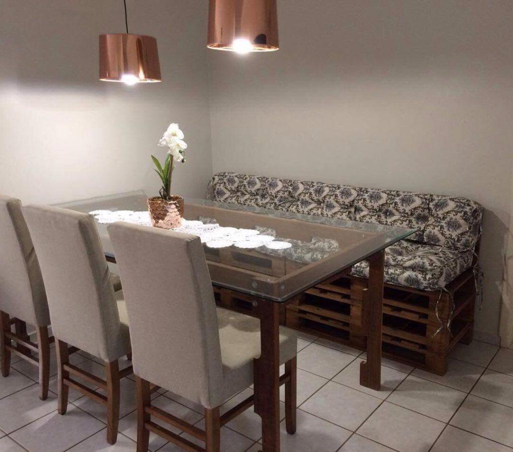 Sala de jantar com soffá de pallet.