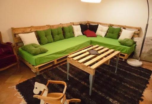 Sofá de pallet verde.