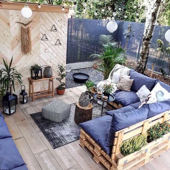 Varanda com decoração tumblr e vasos de plantas.