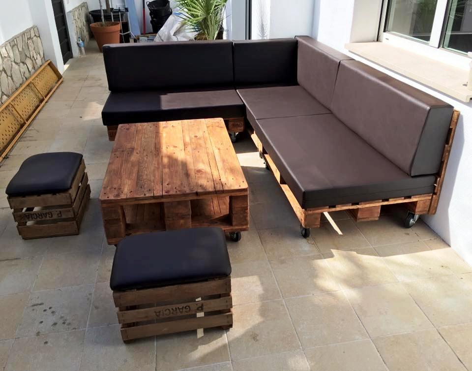 Sofá de pallet com almofada de couro.