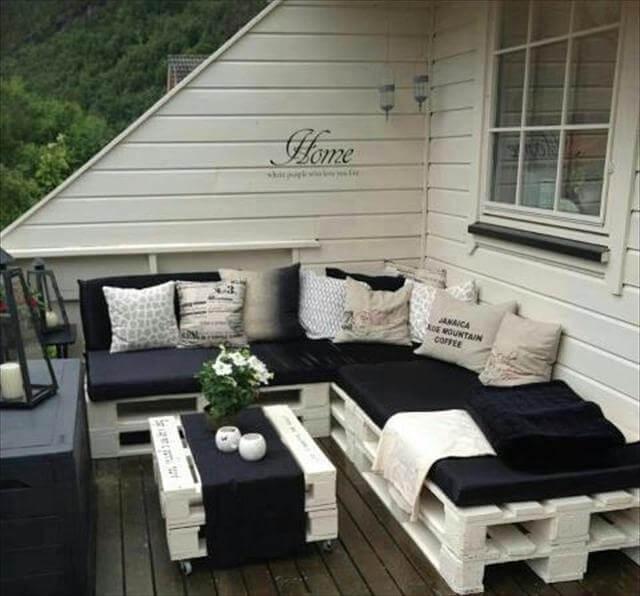 Decoração de varando com sofá de pallet branco.