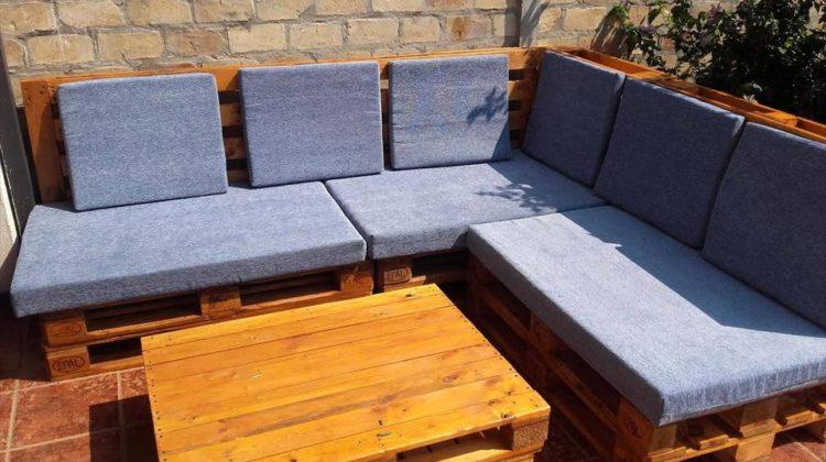 Sofá de pallet com almofada simples azul.