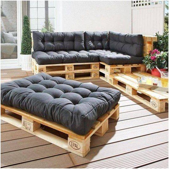 Sofá de pallet com futton preto.