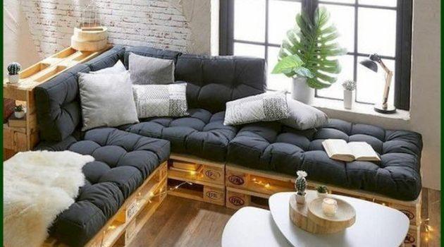 Sala decorada com futton preto, parede de tijolinho branco e mesa moderna.