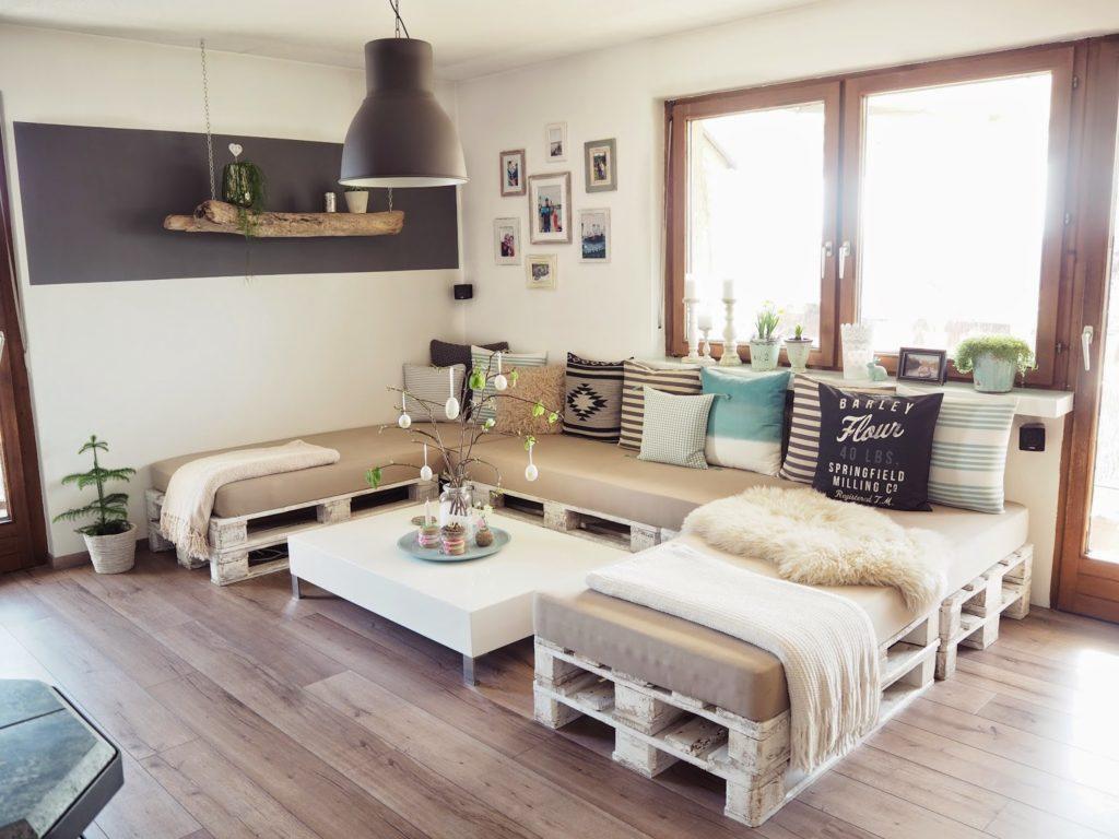 Sala de estar com decoração moderna e tons claros.