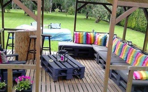 Sala de estar no jardim com cobertura.