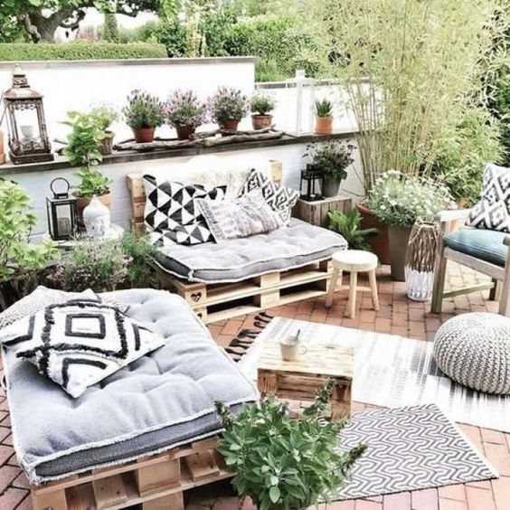 Jardim com móveis decorados estilo tumblr.
