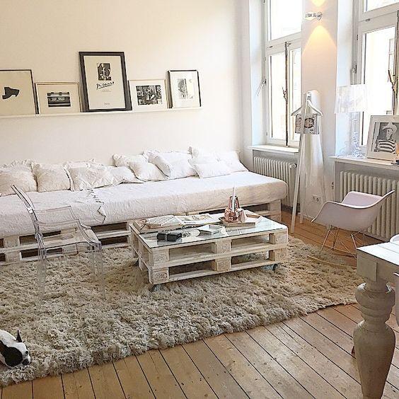 Sala de estar com decoração moderna e branca.