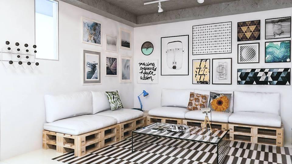Sala de estar moderna com quadros decorativos e mesa de centro de vidro.