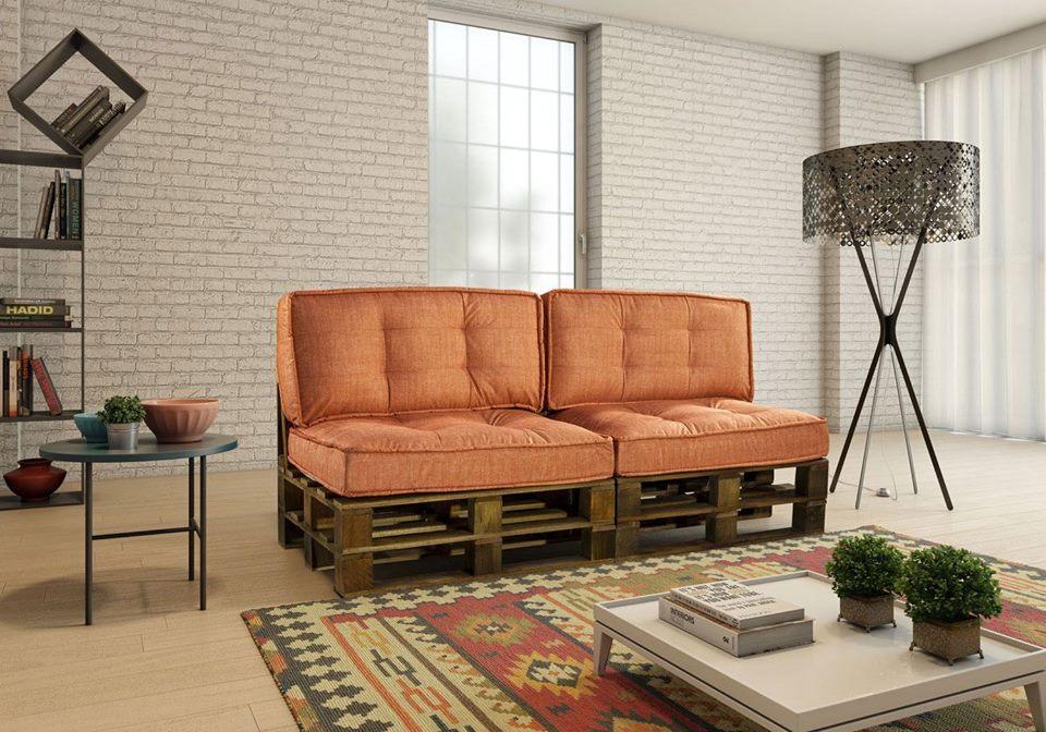 Sala de estar moderna com estofado laranja e tapete decorado.