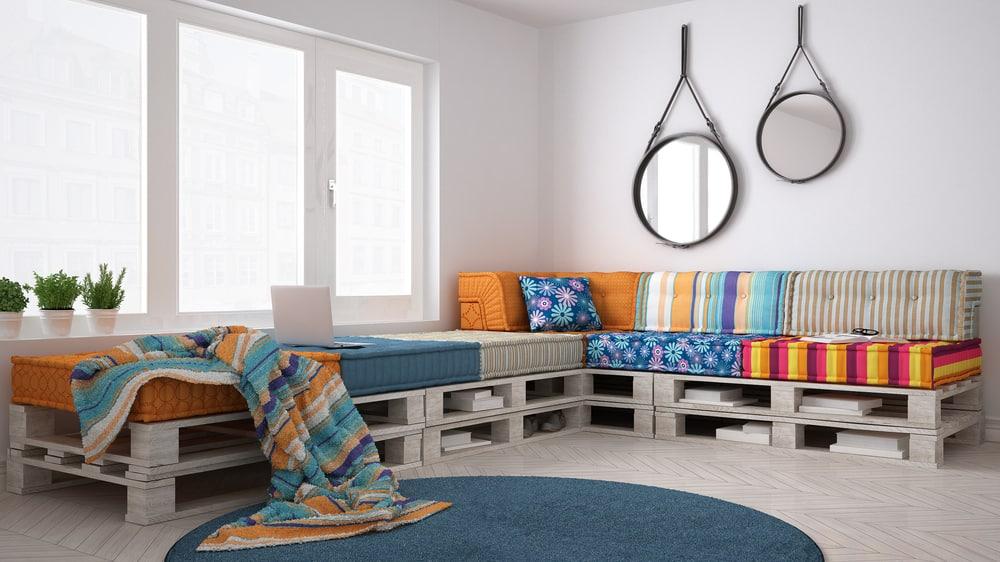 Sofá de pallet decorado com almofadas coloridas.