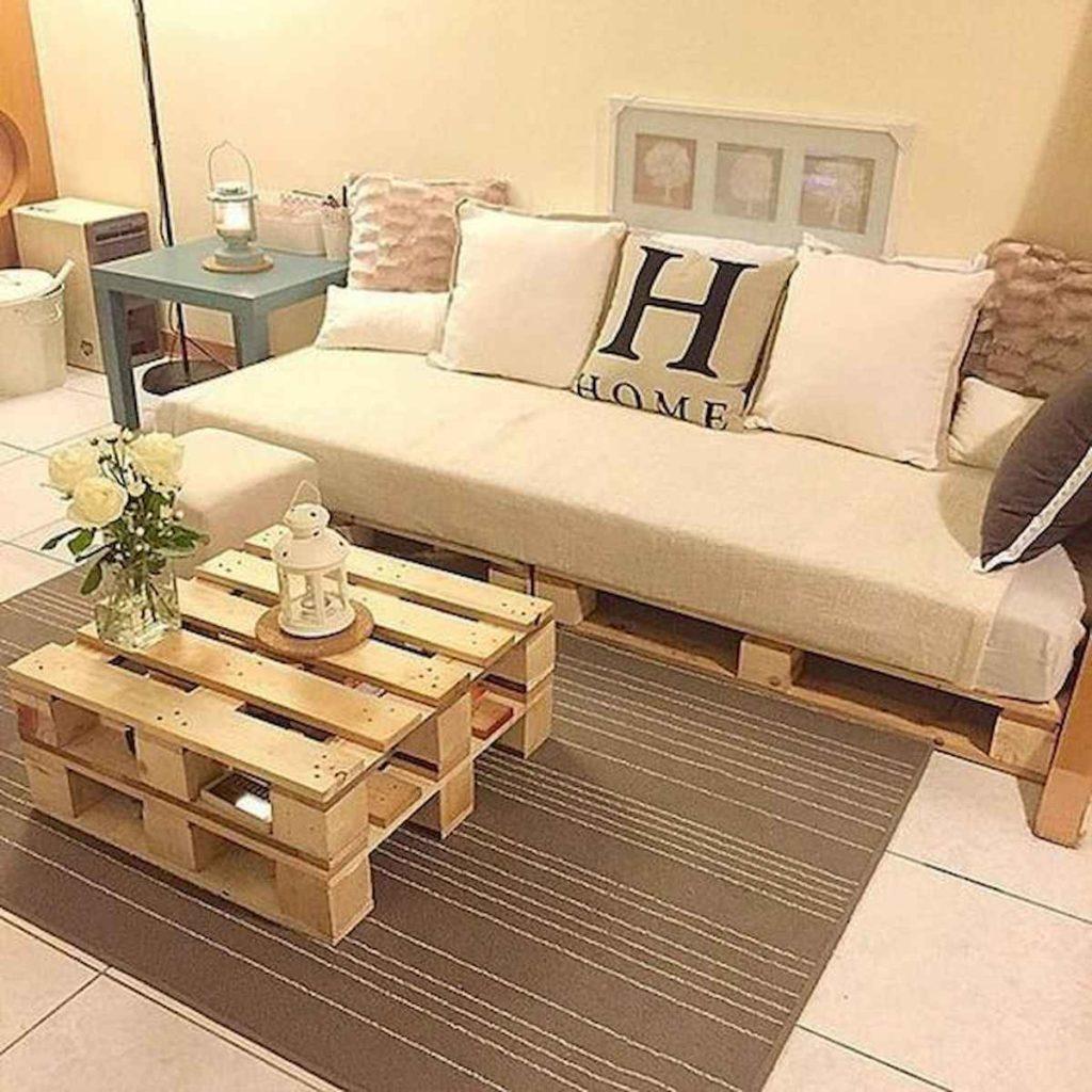 Sala com decoração simples e neutra.