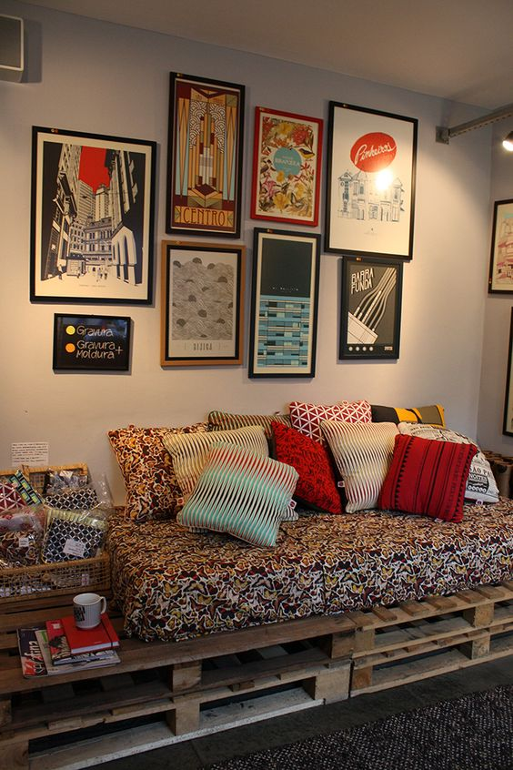 Sofá de pallet com almofada colorida.