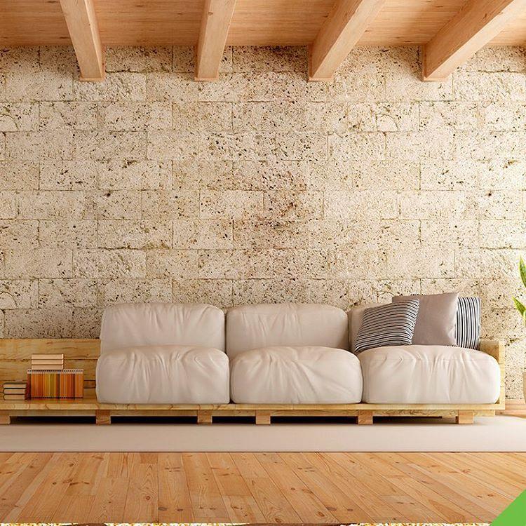 Sala de estar moderna com piso de madeira e parede de tijolo de cimento.