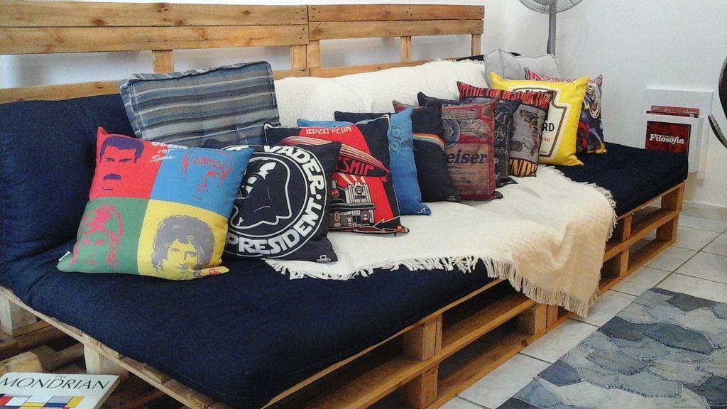 Sofá de pallet simples com almofadas decoradas.