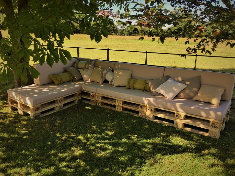 Jardim com sofá de pallet.