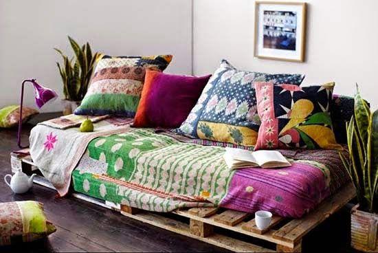Sofá de pallet com almofadas coloridas.