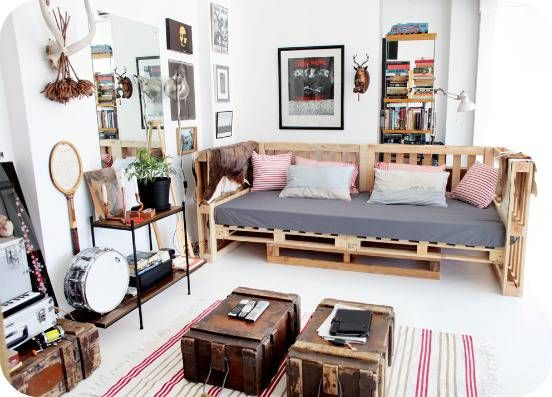 Sala de estar moderna com decoração clean e elementos decorativos estilo tumblr.