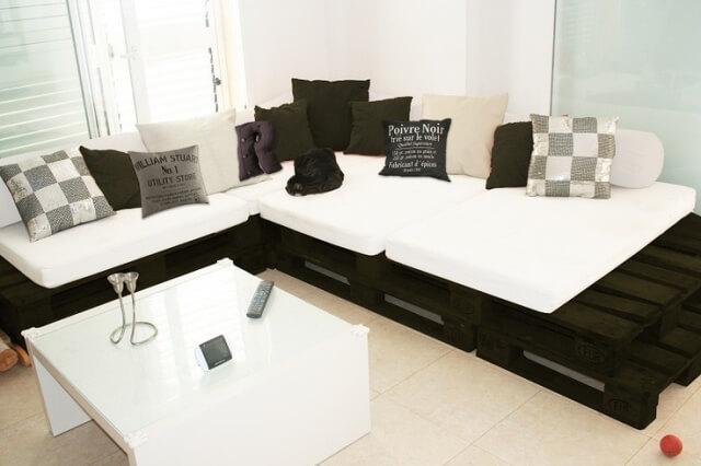 Sofá de pallet preto e branco.