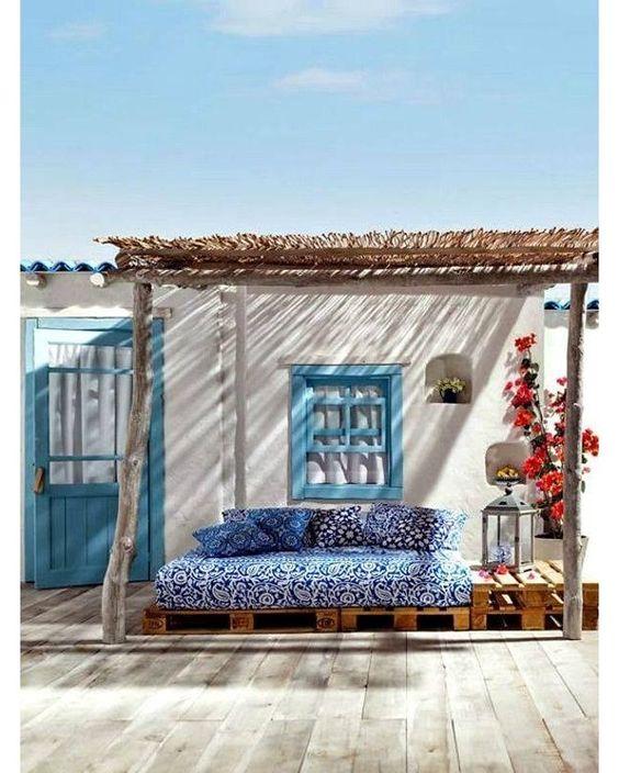 Casa de praia com varanda decorada.